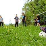 Fussball auf dem Gelände der Schule
